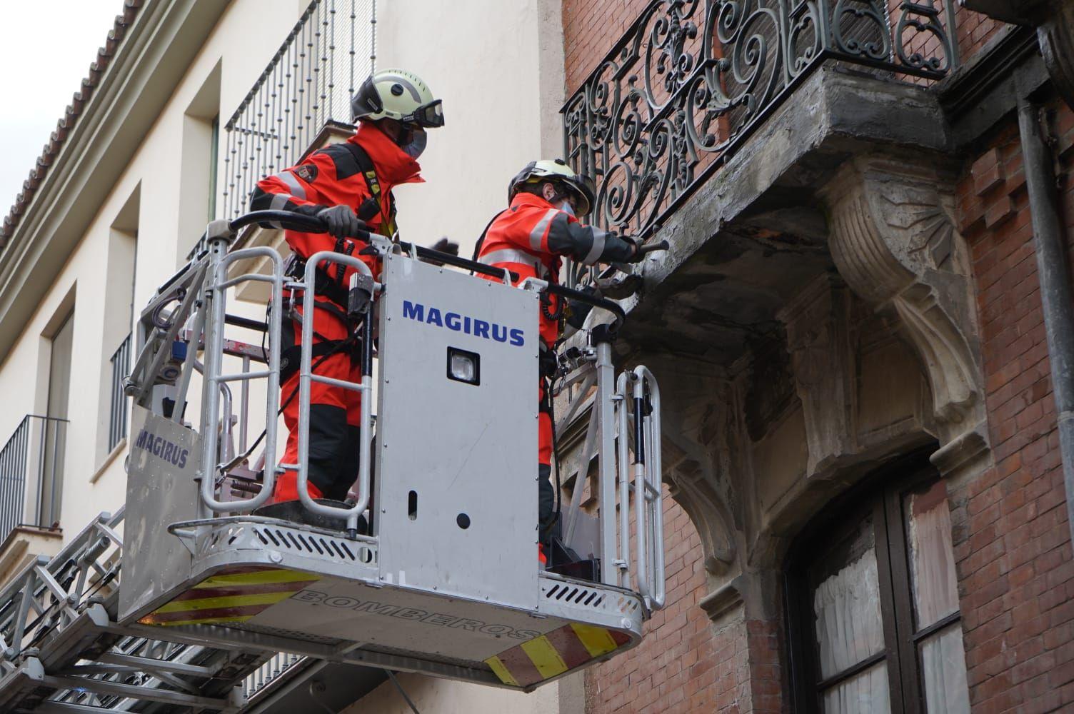 GALERÍA | Intervención de los bomberos por caída de cascotes en Zamora