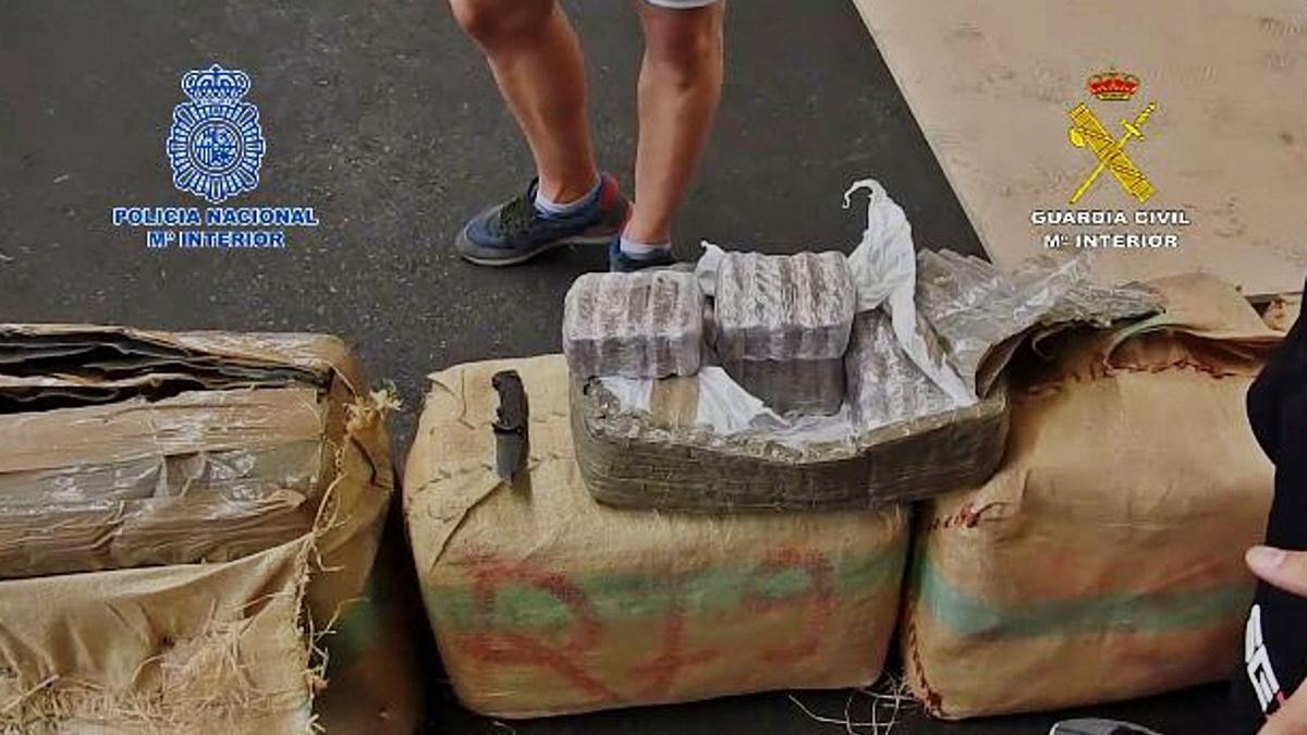 Fardos y paquetes de hachís intervenidos durante la 'operación Platino'. | | E.D.