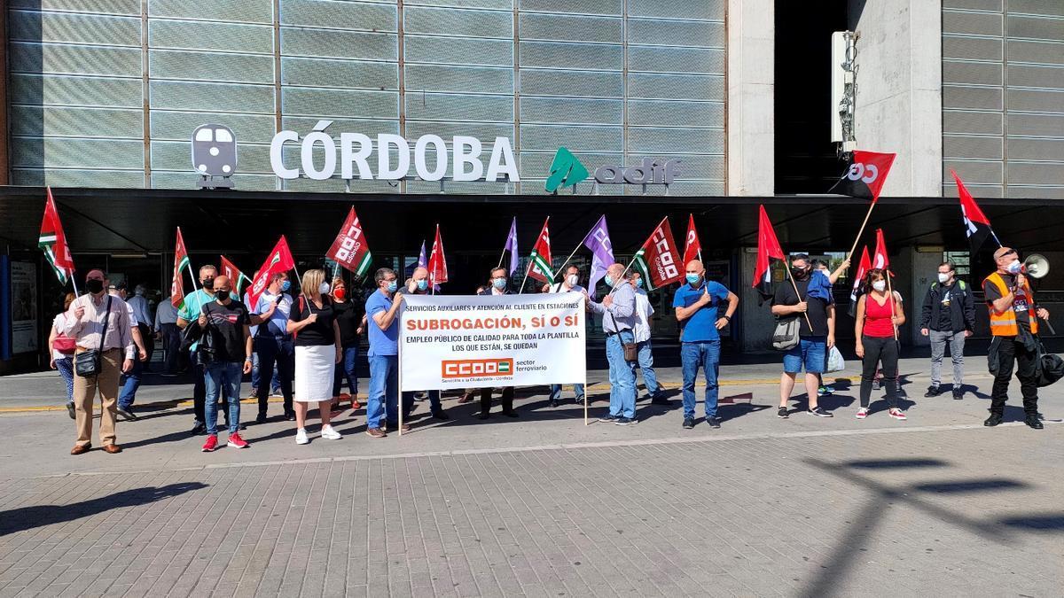 Concentración de CCOO en apoyo a los trabajadores de servicios de tierra de Renfe, frente a la estación de Adif.