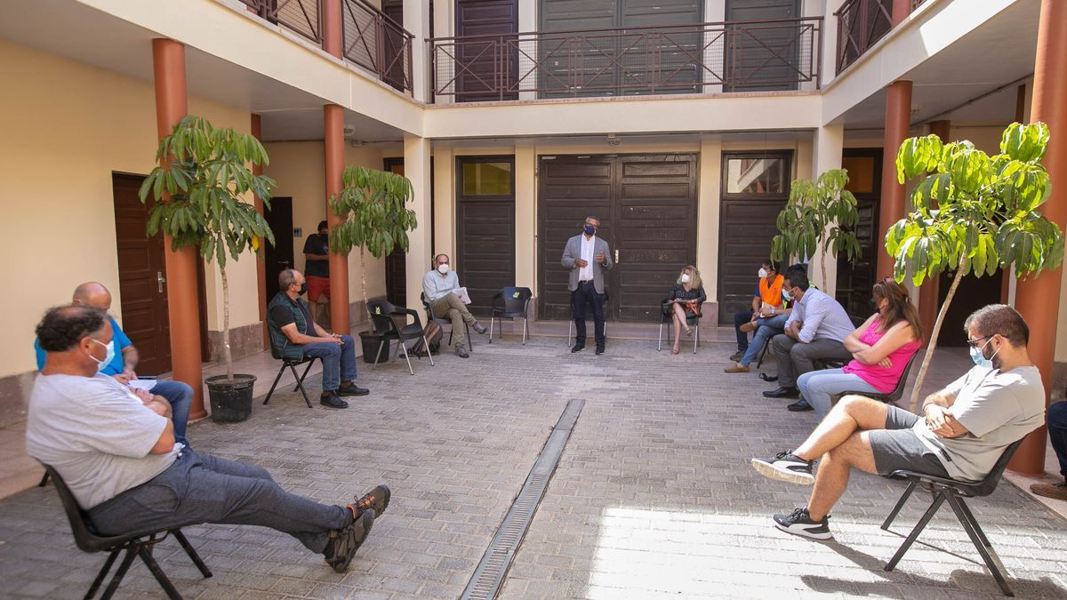 El concejal de Infraestructuras explica a los vecinos de Anaga las alternativas en una reciente reunión.