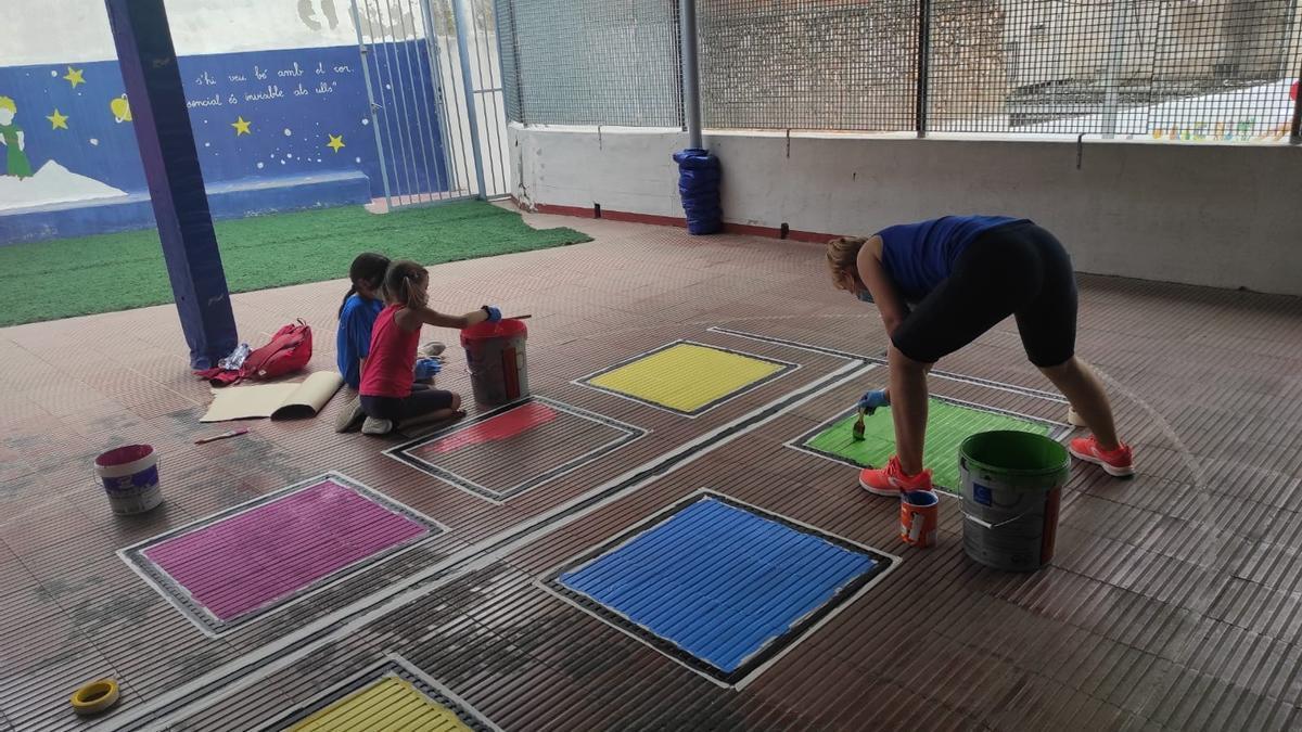 Els participants han decorat el pati i part del mobiliari de l'escola, així com elements com a tanques i pilars.