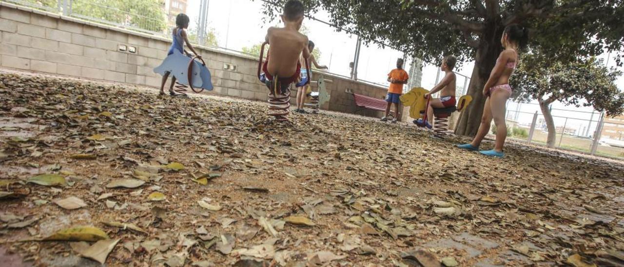 El patio escolar del colegio Óscar Esplá aparecía ayer plagado de hojarasca y suciedad acumulada.