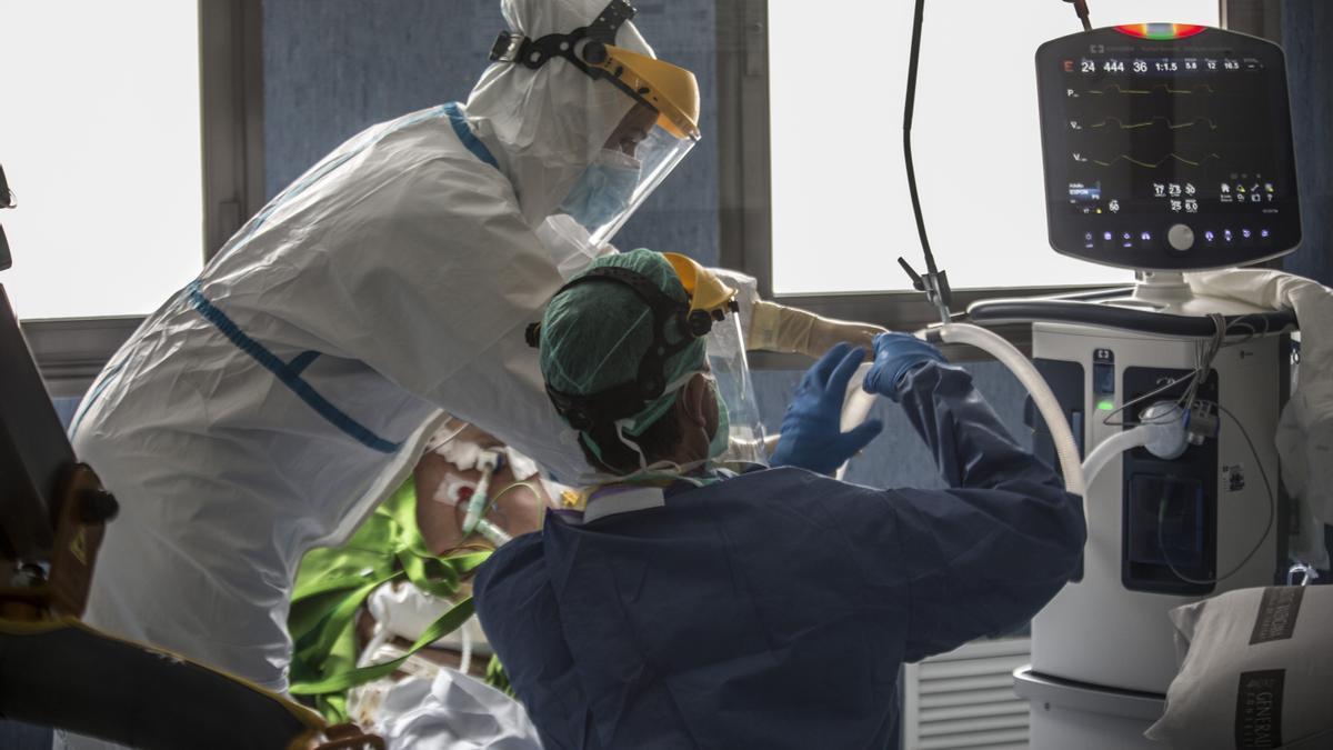 Trabajadores del Hospital de Sant Joan, en Alicante, atienden a un paciente de covid