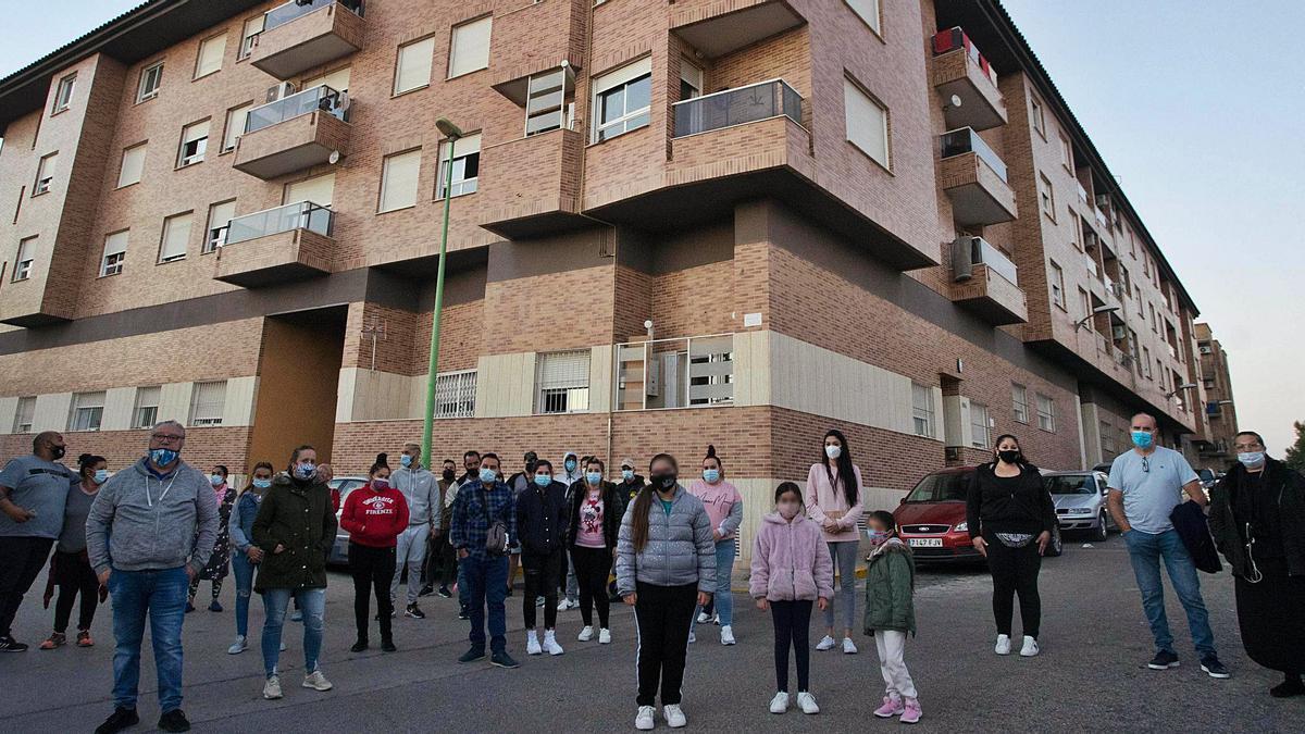 Algunos de los residentes del edificio que será desalojado en diciembre en la calle San Sebastián de la Pobla de Vallbona.   FERNANDO BUSTAMANTE