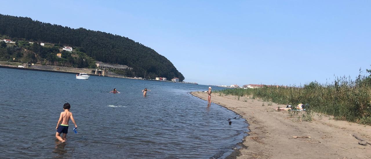 La playa de La Llama, con sus bañistas.