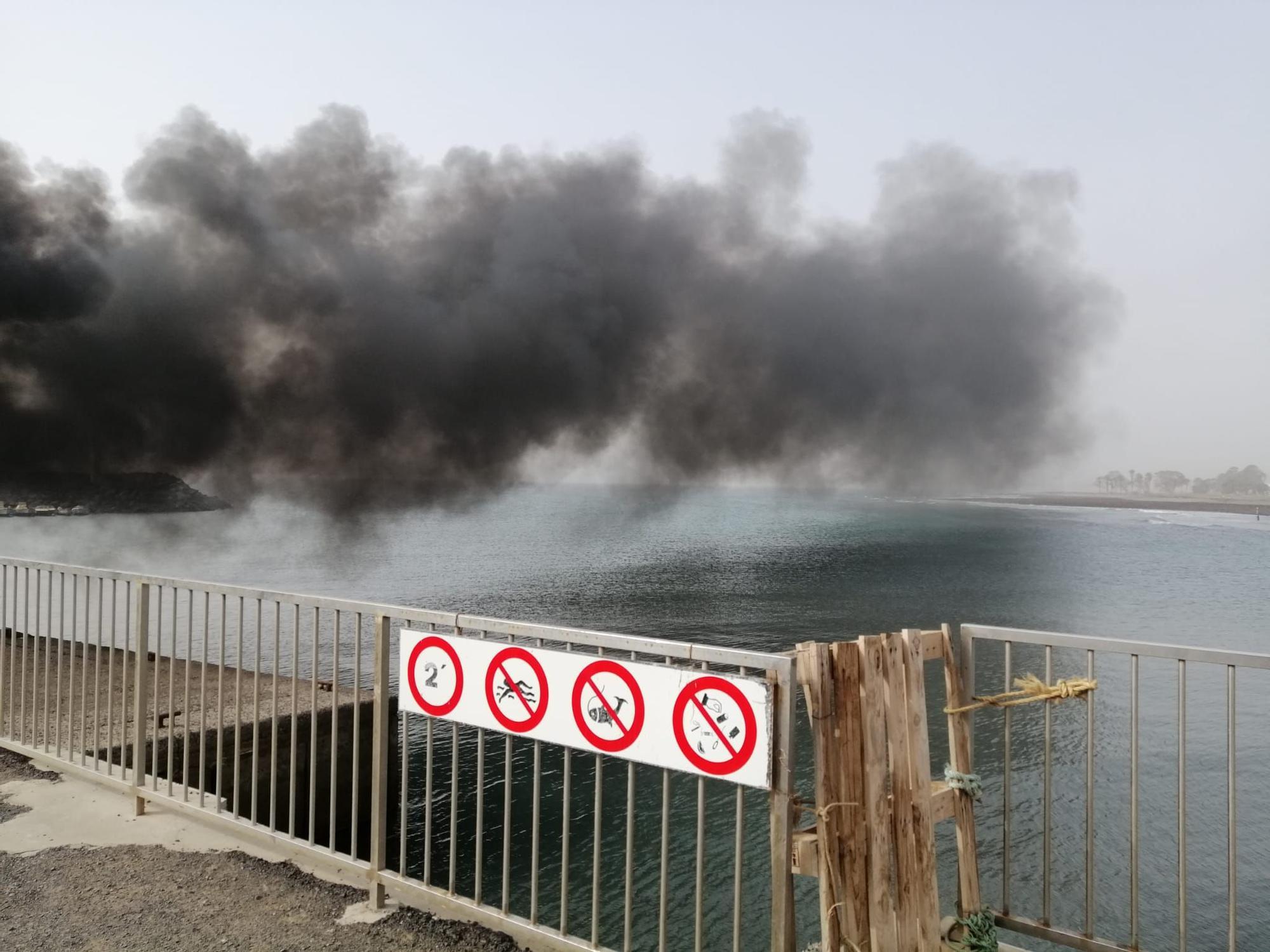 Un incendio obliga a desalojar el muelle de Castillo del Romeral