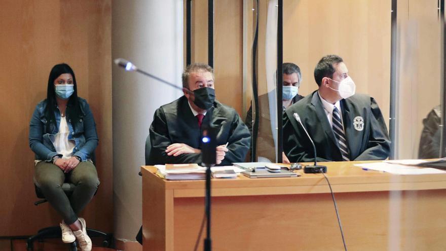 """""""Queremos que se haga justicia"""": familiares y amigos de Iván Castro se concentran frente a los juzgados en la primera sesión del juicio"""