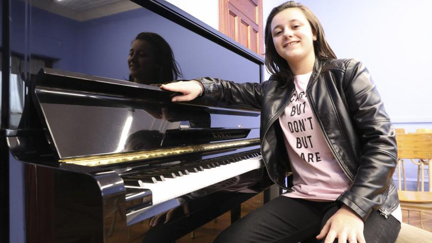 La música Henar Fernández representa a la adolescencia avilesina en la Junta del Principado