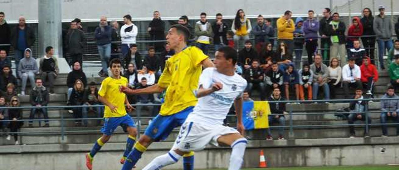 El amarillo Dani corta el balón mientras Giovanni, que entra en la selección de Canarias, inicia la carrera