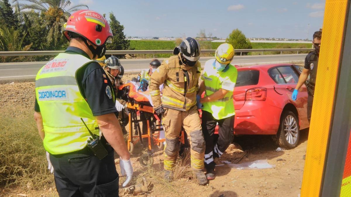 Dos heridos al chocar un camión de mantenimiento de carreteras con un coche