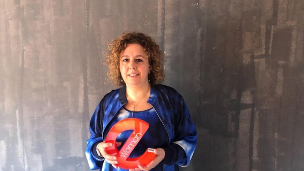 Marivi Lastra posa con el Premio eWoman Zamora Negocio Online. | Cedida