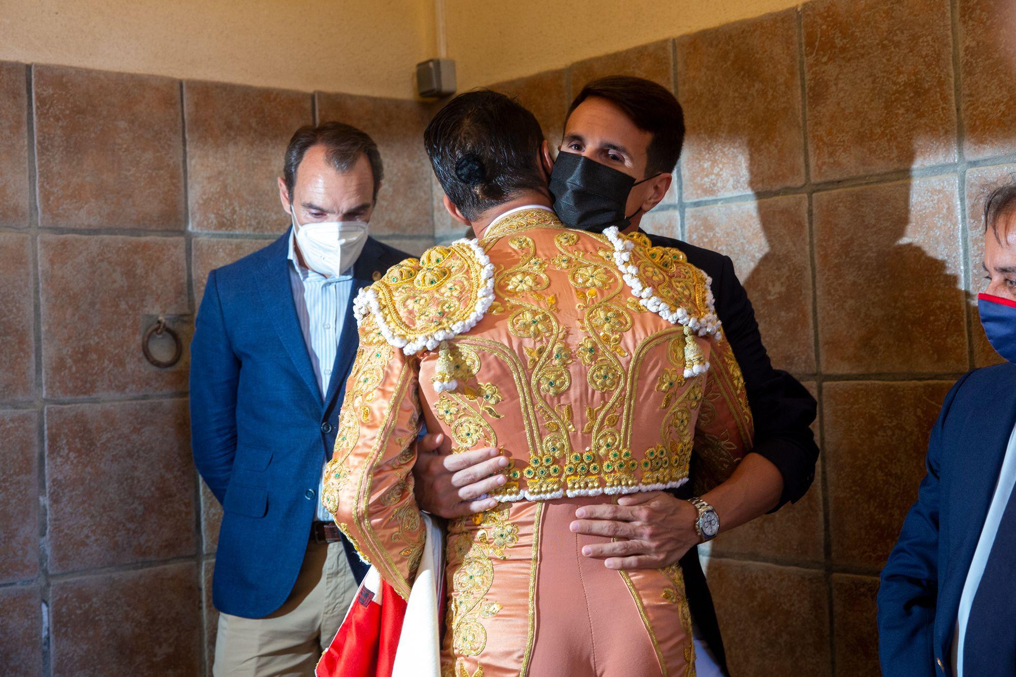El Juli y Manzanares salen a hombros en la primera tarde de homenaje al maestro de Alicante