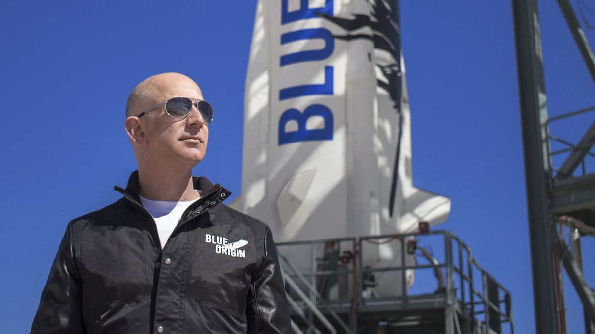 Jeff Bezos posa delante de un cohete de Blue Origin