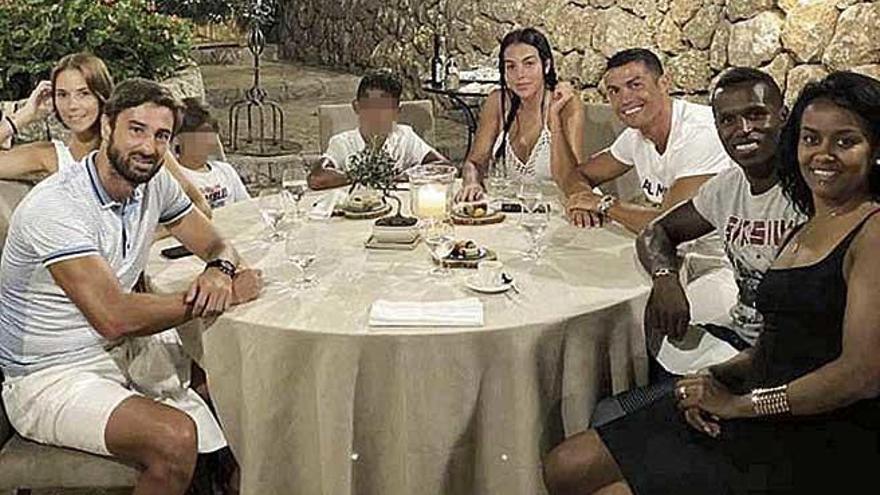 Cristiano Ronaldo y Georgina prueban la paella en La Residencia de Deià