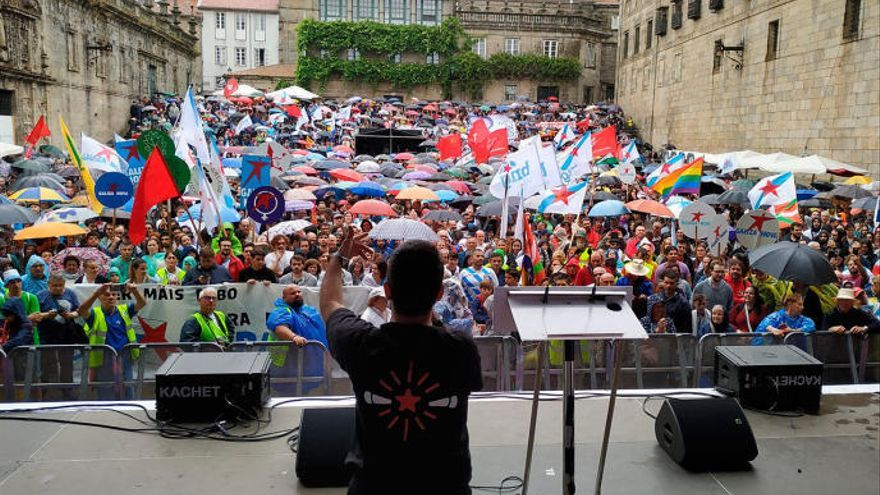 Milleiros de persoas desafían á choiva en Santiago para manifestarse no 25 de xullo