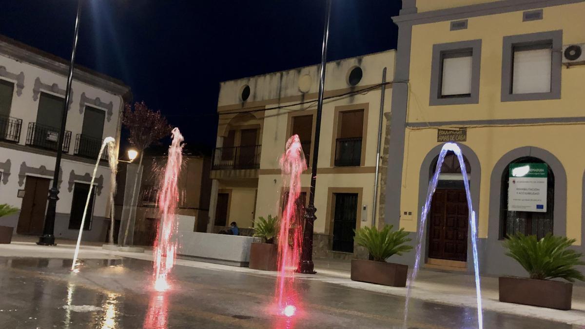 Zorita luce el agua de su plaza.