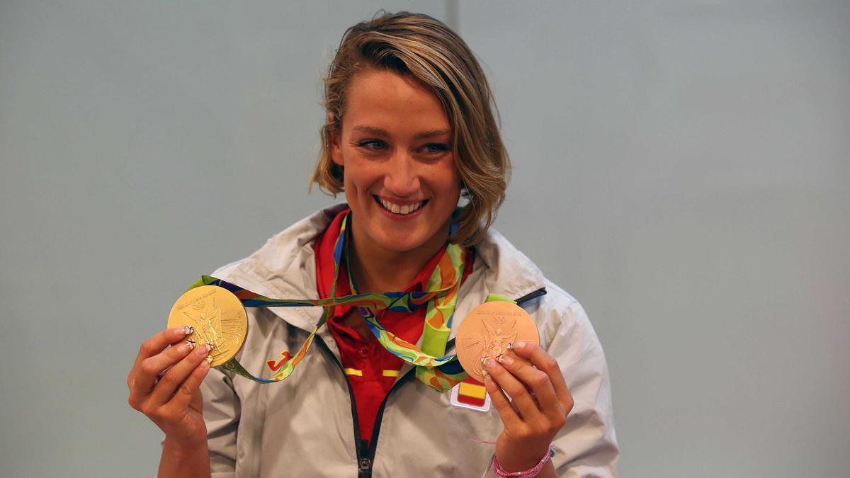 Mireia Belmonte posa con dos de sus medallas olímpicas.