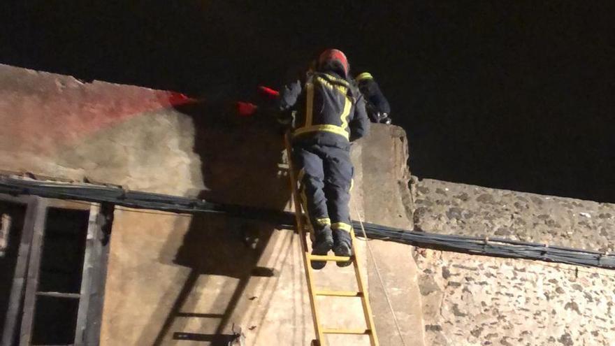 Bomberos trabajan en la extinción del incendio en La Pardilla