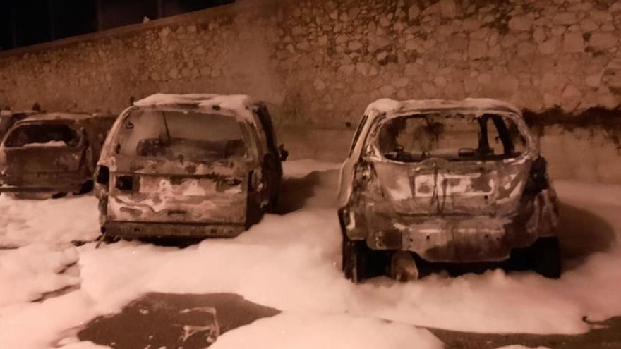 Cremen sis cotxes a Palafrugell, entre els quals el de l'alcalde i el del seu fill
