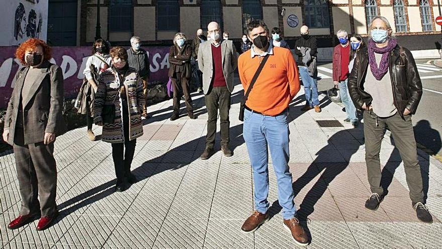 En primer término y de izquierda a derecha, Consuelo Vallina, Ana Vallina, Marcos de Balbín, Manuel Almeida y Waldo Valbuena. | Miki López
