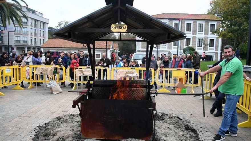 Castañas asadas, música y fiesta, en la plaza del Balneario de Arteixo
