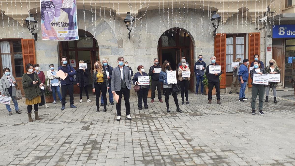 Una treintena de personas han apoyado a la plataforma y al GOB en el acto de registro de las alegaciones, hoy en el ayuntamiento de Inca.