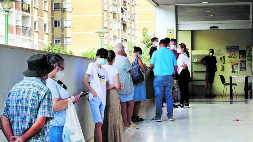 La saturación de los centros de salud convierte en una proeza conseguir una cita