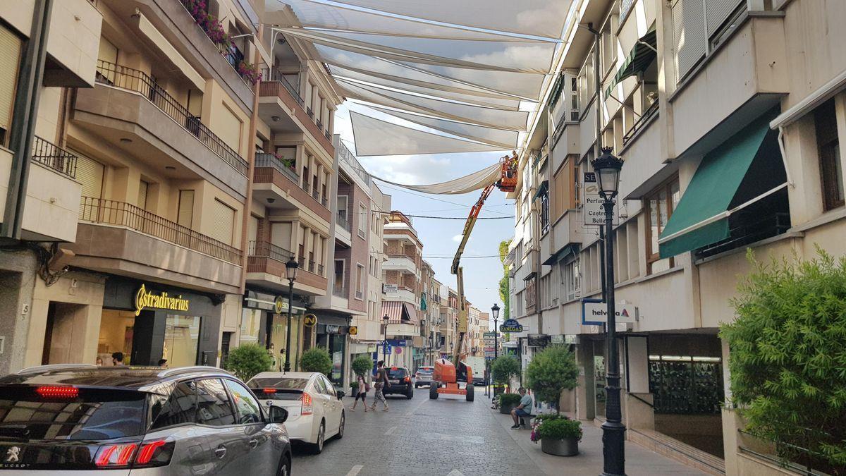 Instalación de toldos en el centro comercial de Lucena para hacer frente al calor.