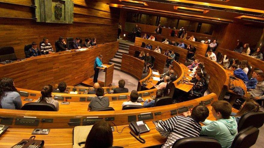 El desacuerdo sobre el asturiano en la Junta abre un riesgo de retorno al Constitucional