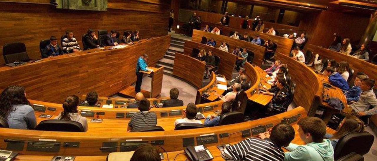 El salón de sesiones de la Junta General durante un acto de homenaje a la llingua.