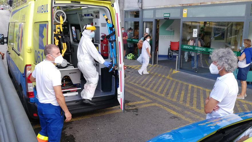 Profesionales sanitarios tras efectuar un traslado a Urgencias de Montecelo.