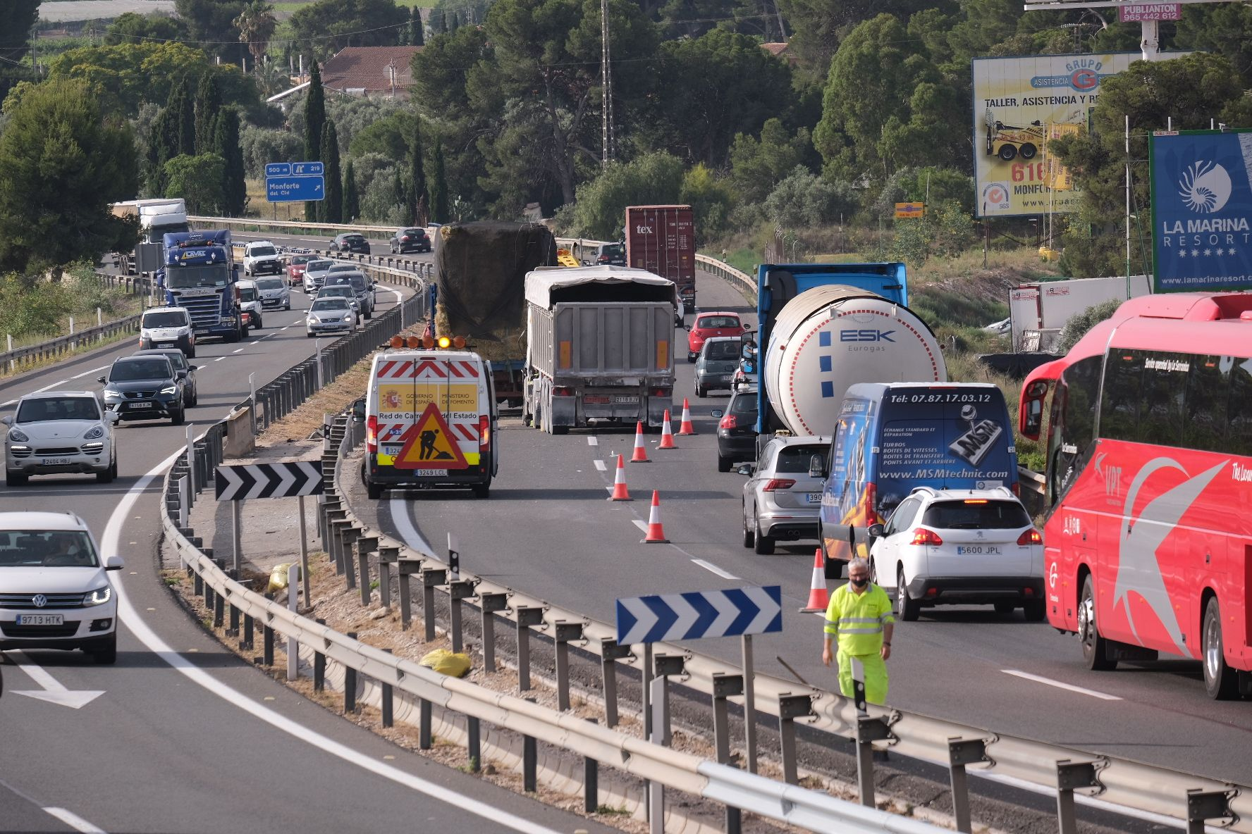 Un accidente en la A-31 provoca largas colas en la autovía