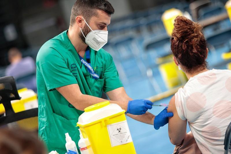 Visita del presidente de Canarias al nuevo centro de vacunación masiva en el Santiago Martín
