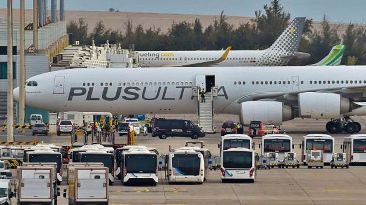 Avión de la aerolínea Plus Ultra en el aeropuerto. | | EL DÍA