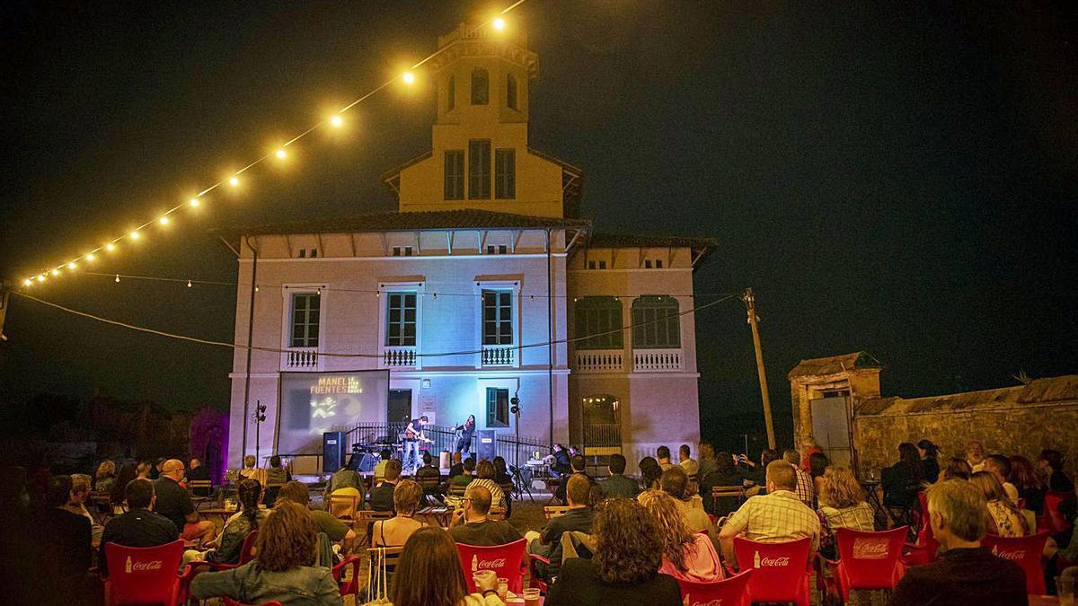 El popular xouman Manel Fuentes va homenatjar Bruce a l'exterior de la Torre Lluvià | MARTA PICH