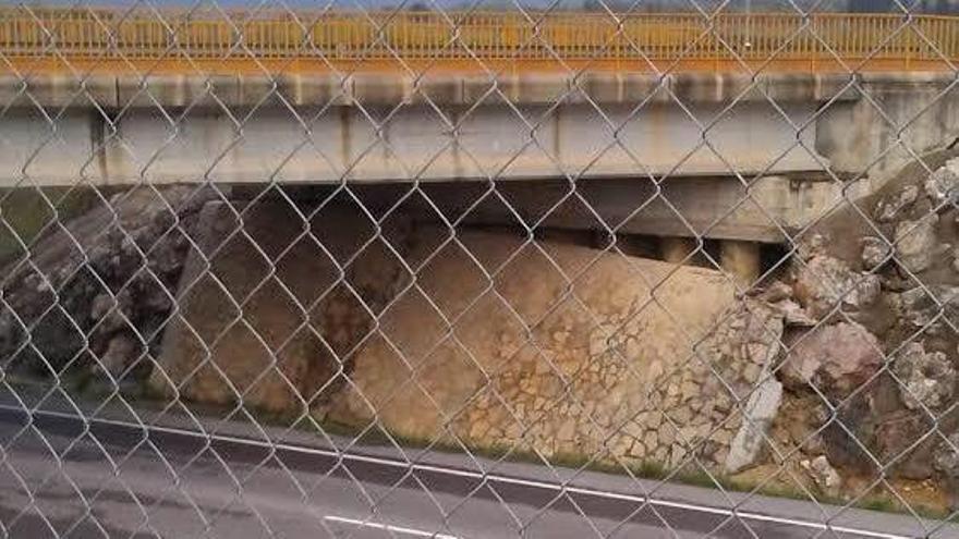 Cae una pared de piedra en uno de los laterales de la CV-10 en les Coves de Vinromà