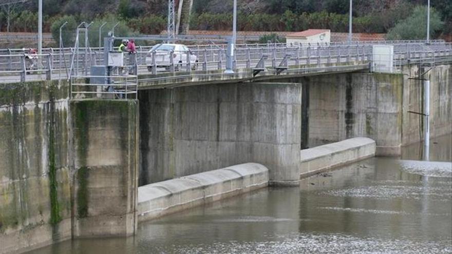 La calidad del agua mejorará con una nueva toma flotante en el pantano de Villar del Rey