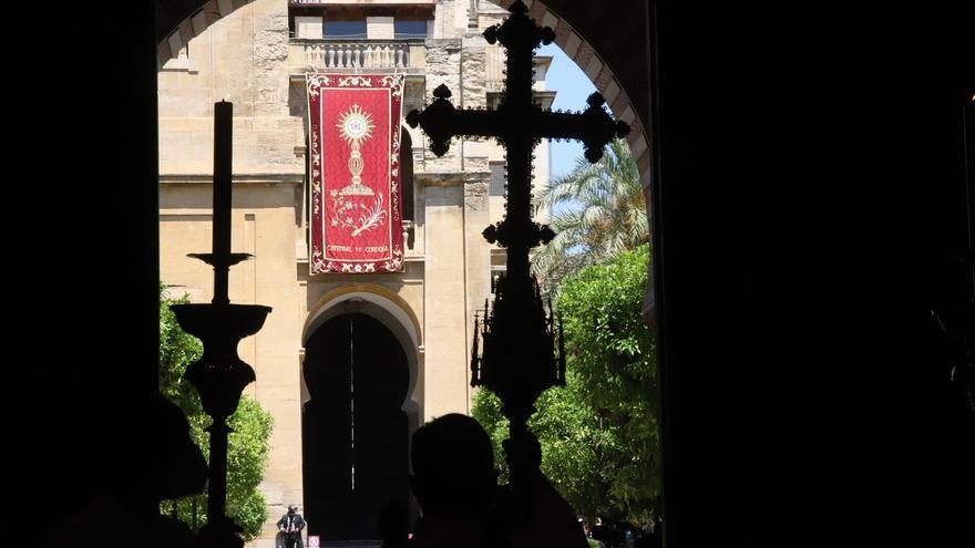 El Patio de los Naranjos acoge el paso de la procesión del Corpus