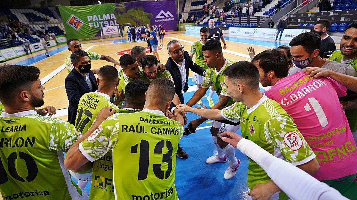 Piña del equipo tras la última victoria ante el Real Betis. | PALMA FUTSAL