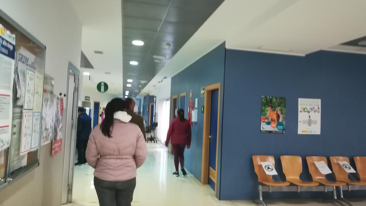 Interior de una de las salas y pasillos del centro de salud de Coria.