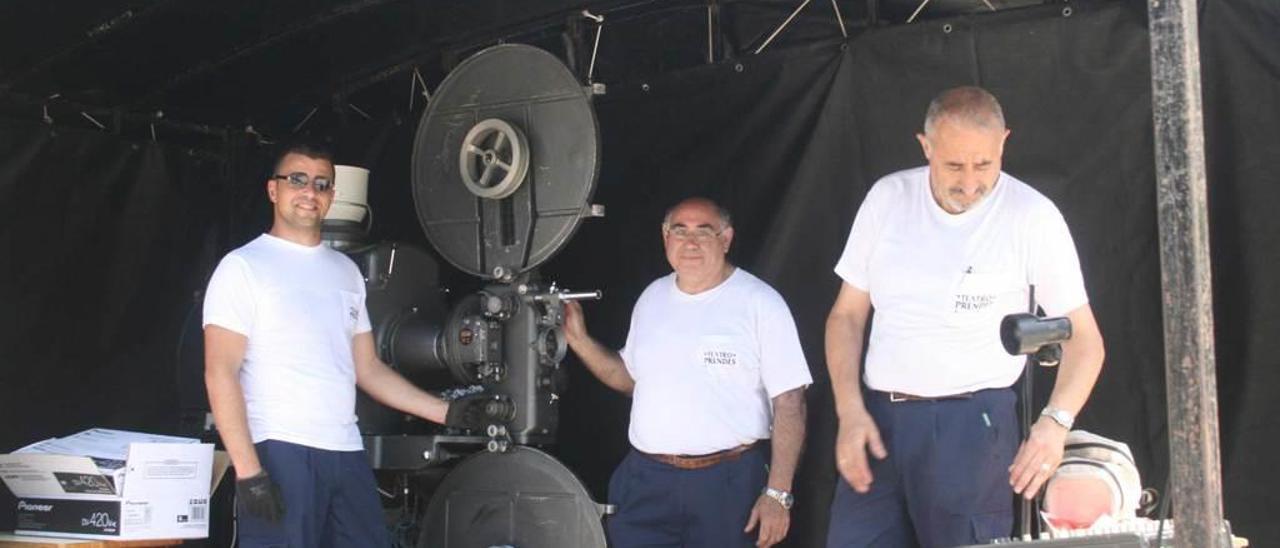 Los operarios del Teatro Prendes, preparando una proyección al aire libre.