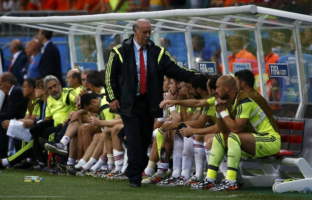 Spain's coach Del Bosque reacts near his players ...