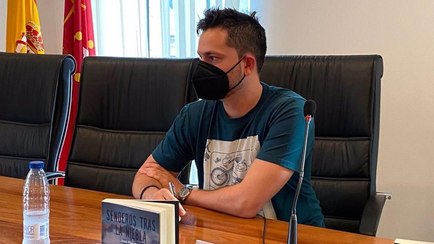 José Piqueras guanya el premi de novel·la negra BMB 2021 amb 'Senderos tras la niebla'