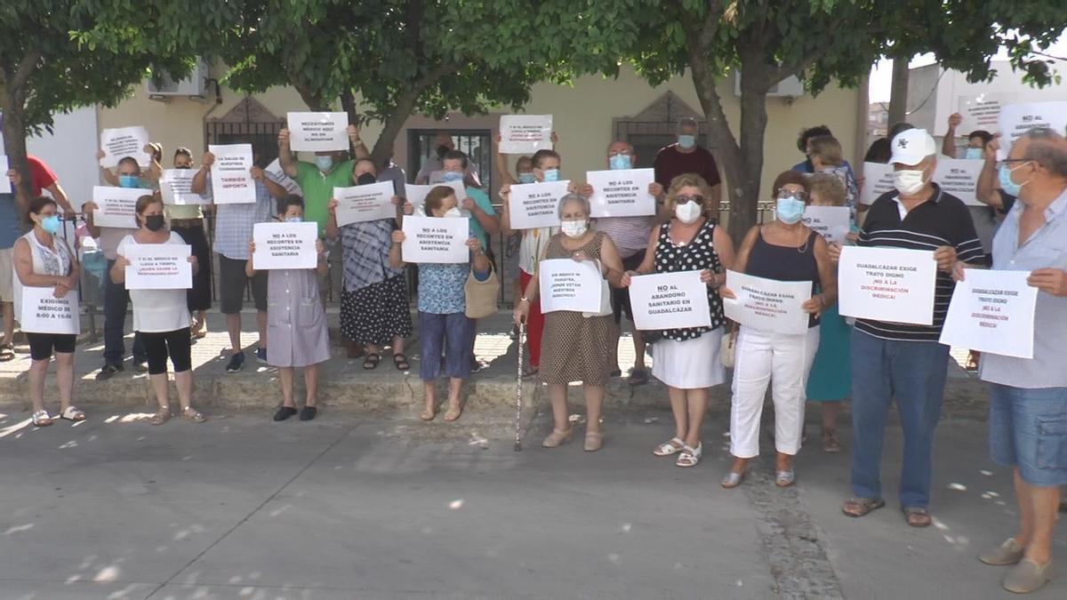Concentración ciudadana en Guadalcázar para solicitar que se reconsidera la eliminación de horarios sanitarios.