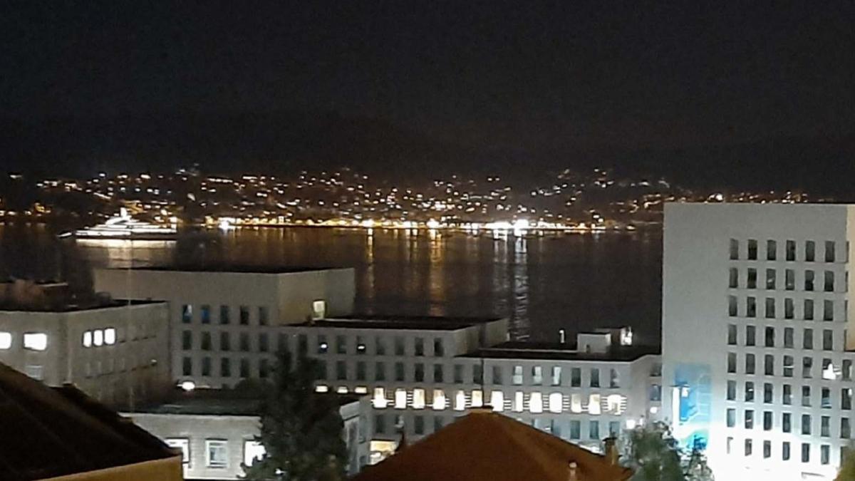 El megayate del jeque árabe ya fondea en Vigo