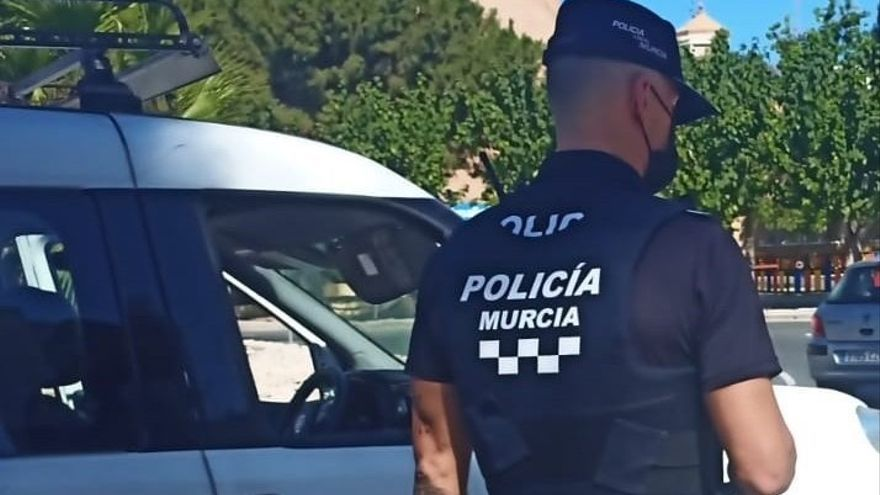 Multado un individuo en Murcia por transportar una oveja en el maletero de su coche