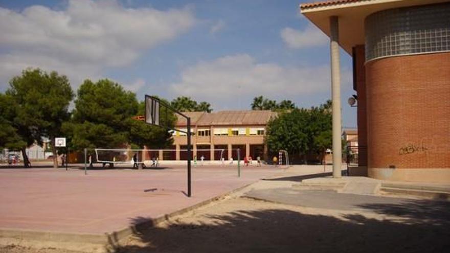 Llevan a su hijo a un colegio en San Javier sin saber el resultado de su PCR