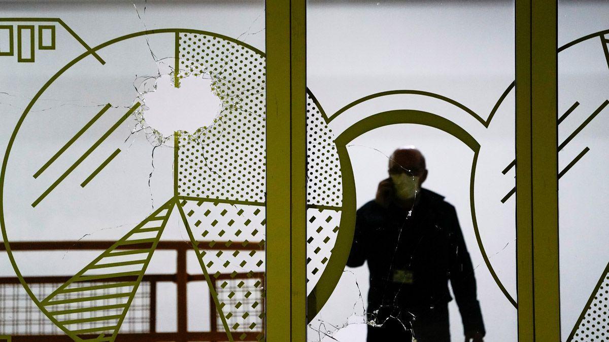Imatge d'arxiu d'un forat de bala en una finestra