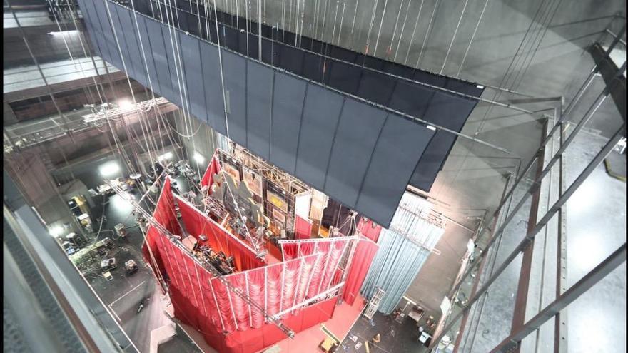 """Más de 540 metros cúbicos de material para el montaje del musical """"Cabaret"""" en el teatro Jovellanos"""