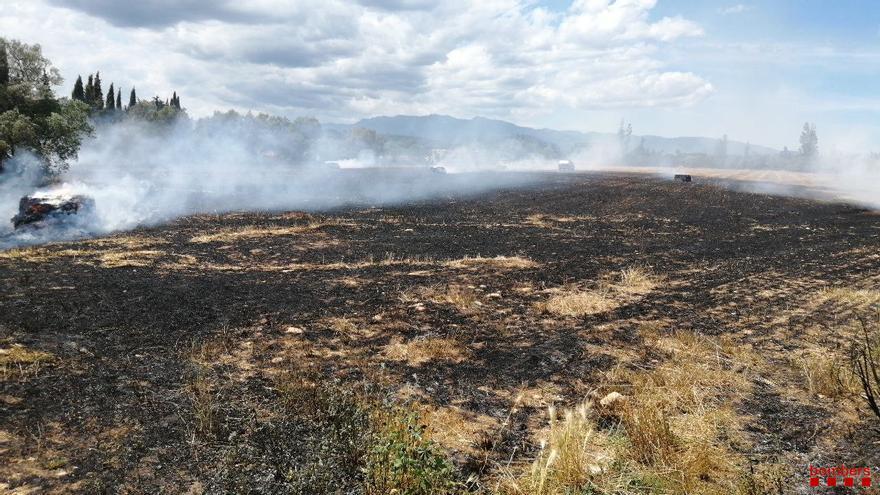 Incendi en un camp de rostoll a prop de Cabanes